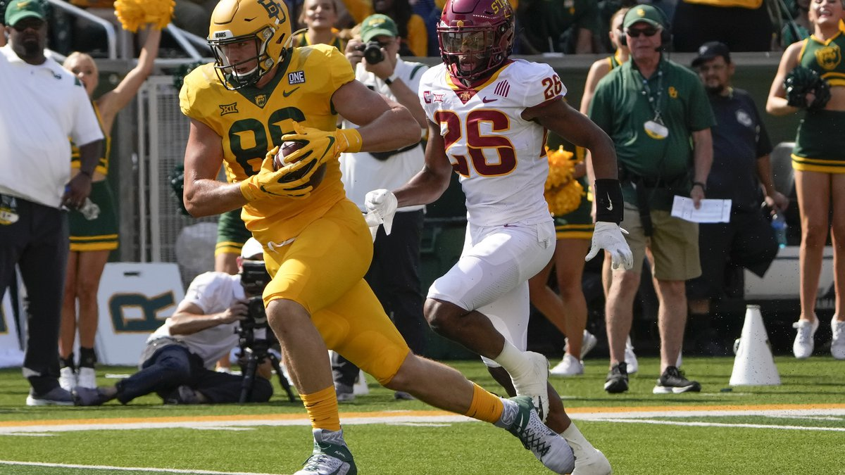 Baylor tight end Ben Sims (86) runs for a touchdown past Iowa State defensive back Anthony...