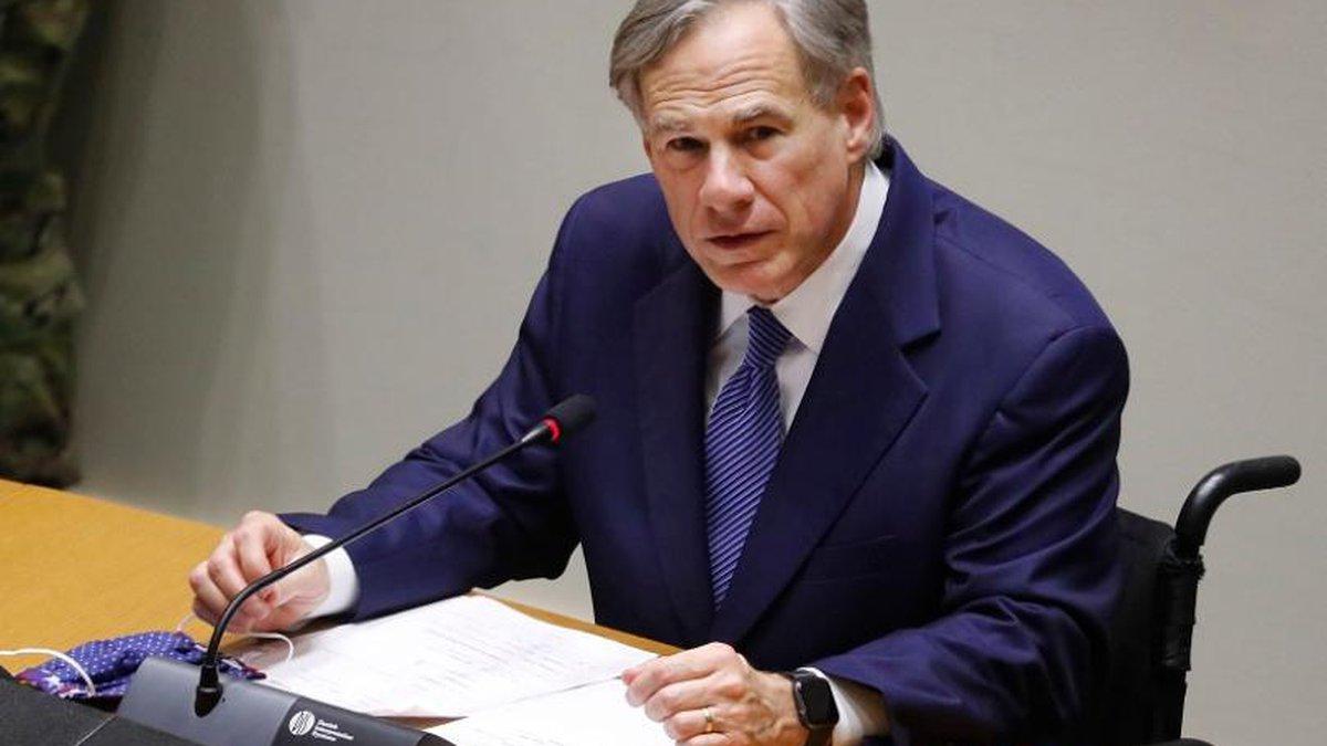 El gobernador de Texas Greg Abbott habla en una conferencia de prensa en el ayuntamiento de...